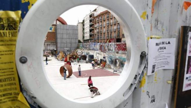 Niños jugando en un espacio público del madrileño barrio de La Latina.