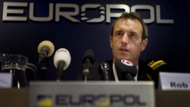 El director de Europol, Rob Wainwright, informa sobre la macroperación contra la pornografía infantil.