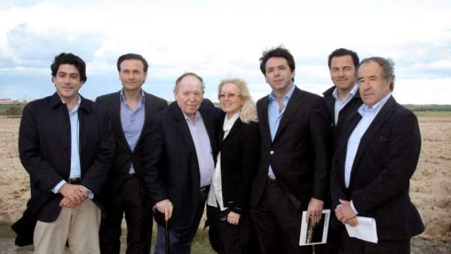 Sheldon Adelson, en el centro de la imagen, junto a su esposa y a varios miembros del Gobierno de la Comunidad de Madrid.