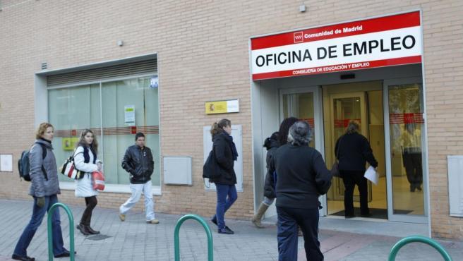 Varias personas entran en una oficina del paro.