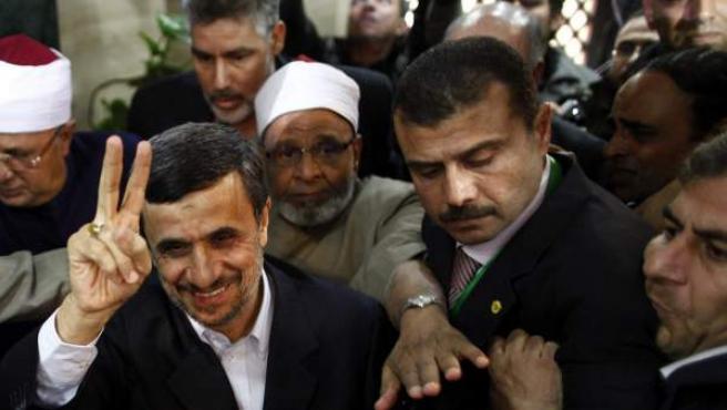 El presidente iraní, Mahmud Ahmadineyad (c) hace el símbolo de la victoria antes de su encuentro con el jeque Al Azhar Ahmed al Tayeb (no en la imagen) en El Cairo.