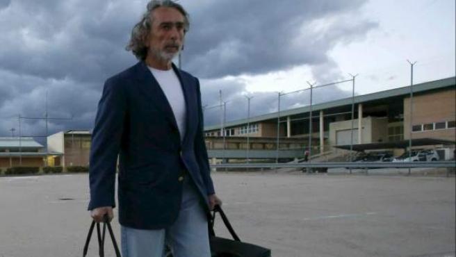 """El presunto """"número uno"""" de la 'trama Gürtel', Francisco Correa, saliendo de la prisión de Soto del Real."""