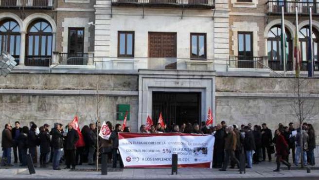 Concentración de los trabajadores de la UGR contra los recortes