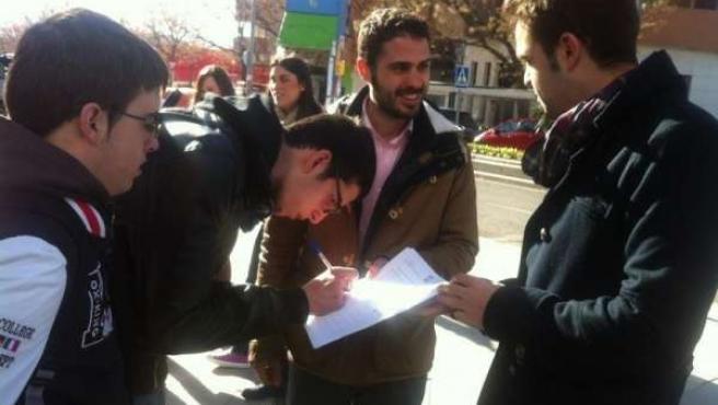 Durán participa en la recogida de firmas contra la reforma educativa de Wert.