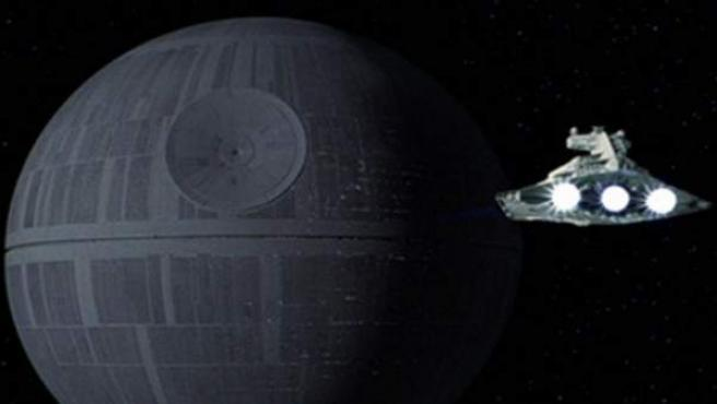 Un Destructor imperial se acerca a la Estrella de la Muerte.