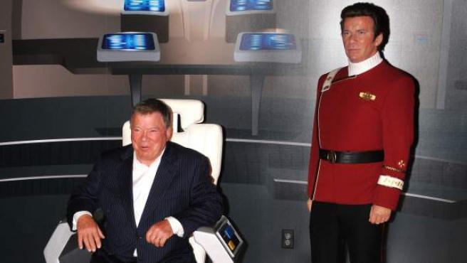 William Shatner posa junto a su figura de cera como Kirk en el Madame Tussauds de Hollywood.