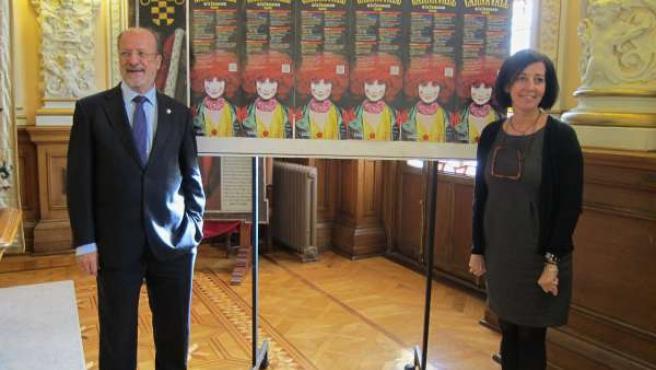León de la Riva y Mercedes Cantalapiedra posan ante el cartel del Carnaval