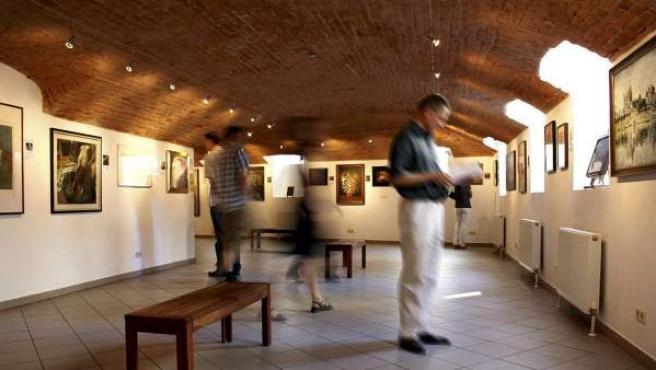 """Fotografía facilitada por Fälschermuseum (""""Museo de los Falsificadores"""", en alemán) de Viena de una de sus salas cuyas obras que cuelgan de sus paredes y las postales que puede comprar el visitante como recuerdo, tienen la misma autenticidad: ninguna."""