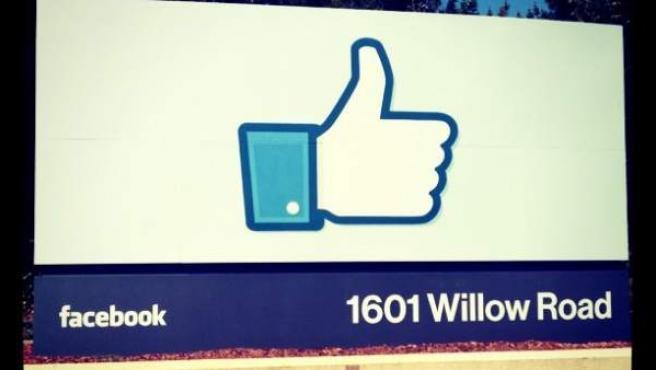 Cartel con el logo de 'Me gusta' de Facebook.