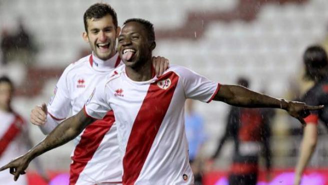 Los jugadores del Rayo Vallecano, Lass y Leo Baptistao, durante la celebración de un gol.