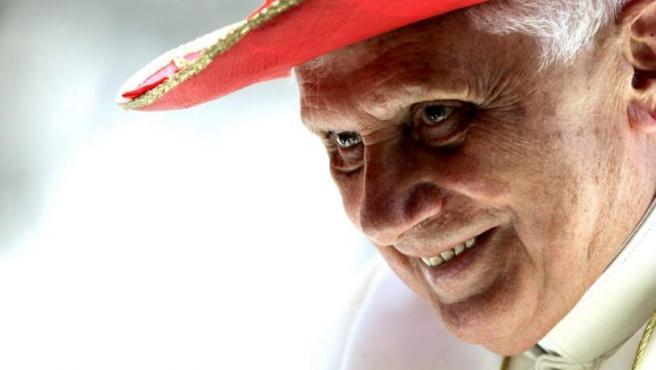 El papa Benedicto XVI, en junio de 2008, luce un sombrero rojo durante su audiencia semanal en la Plaza de San Pedro en el Vaticano.