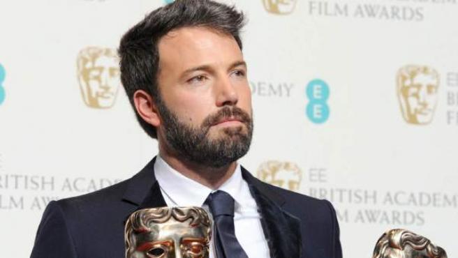 El director de 'Argo', Ben Affleck, con los premios a la mejor película y mejor director en los Bafta.