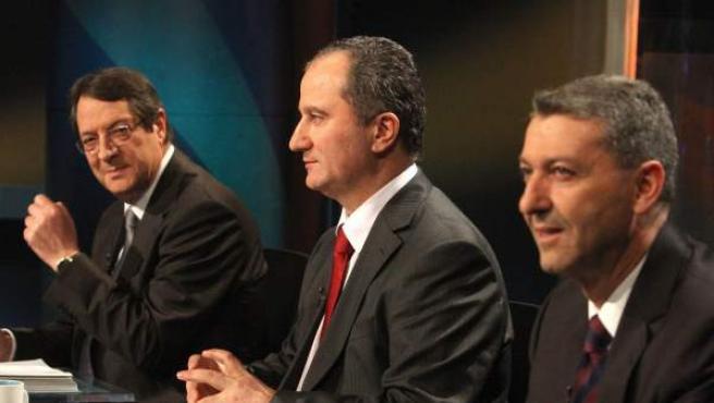 Los candidatos presidenciales chipriotas Nicos Anastassiades (i), Stavros Malas (c) y George Lillikas (d) participan este lunes en un debate televisado en Nicosia (Chipre).