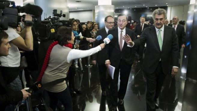 El presidente del Banco Central Europeo (BCE), Mario Draghi (c), acompañado por el presidente del Congreso, Jesús Posada (d), y el Gobernador del Banco de España, Luis María Linde