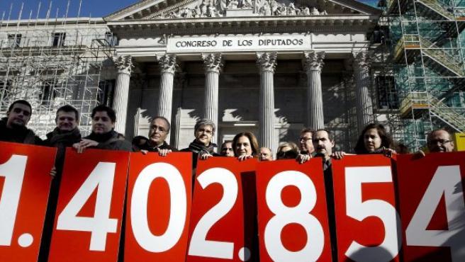 Manifestantes en las puertas del Congreso el día que se vota la ILP sobre la dación en pago.