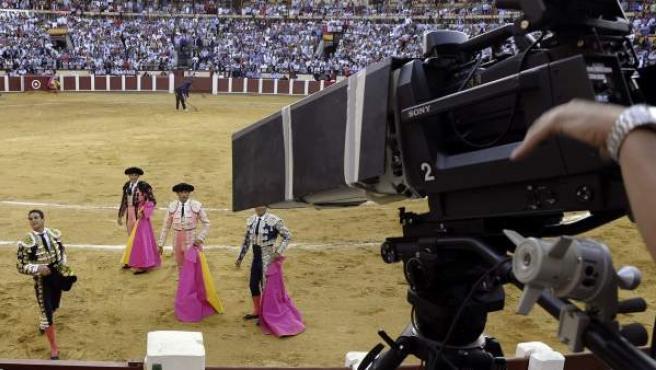 Una cámara de TVE graba una corrida de toros que retransmitida por La 1.
