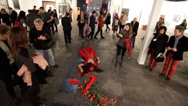 Imagen de la performance de Camila Cañeque que fue censurada en la feria ARCO 2013.