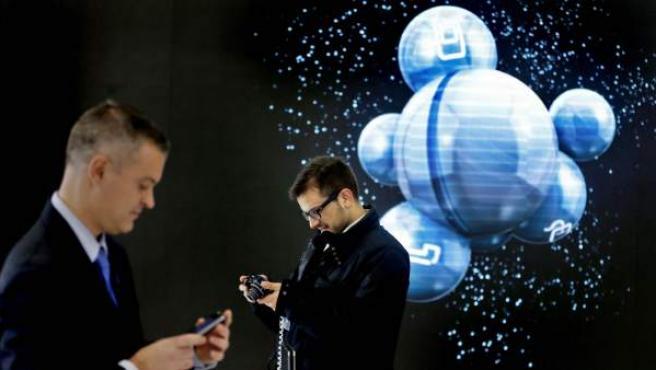 Dos visitantes del Mobile World Centre, la primera exposición permanente sobre soluciones móviles para acercar esta tecnología a los ciudadanos.