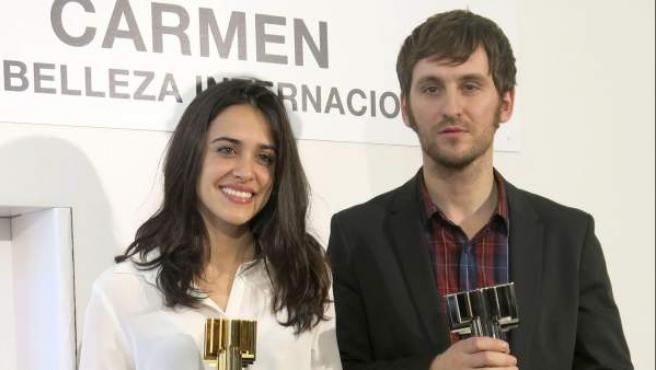 Macarena García (izda.), y Raúl Arévalo posan con su premio a la belleza más internacional del cine español.