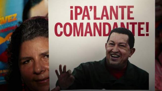 Una simpatizante de Chávez muestra una pancarta de apoyo al presidente venezolano.