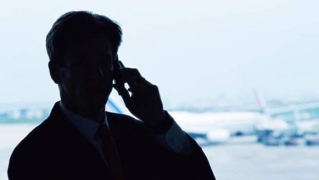 Un hombre habla por teléfono.