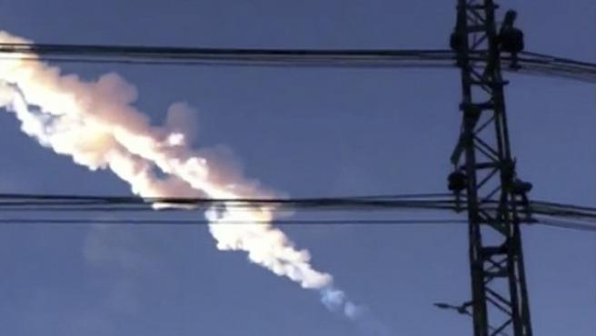 Imagen de la estela dejada por un meteorito en los Urales rusos.