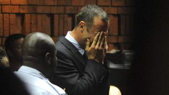 El atleta paralímpico, Oscar Pistorius, rompe a llorar al ser acusado de asesinato con premeditación.