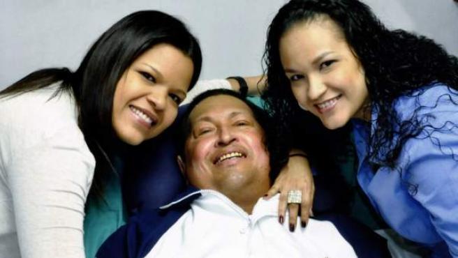 Hugo Chávez sonríe junto a sus hijas en La Habana. El Gobierno de Venezuela ha difundido las primeras imágenes de Chávez desde que hace más de dos meses fue operado en Cuba de un cáncer, e informó de que el gobernante respira a través de una cánula traqueal que le dificulta el habla.