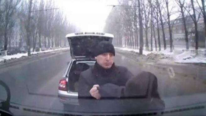 La cámara de un coche graba el intento de extorsión de un hombre que fingió un accidente.