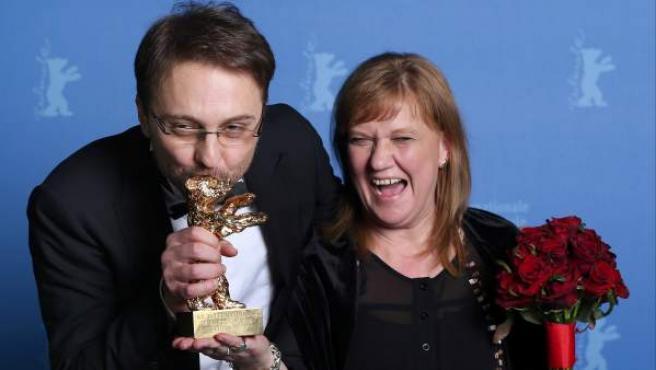 El director Calin Peter Netzer celebra el triunfo de su película 'Child's Pose' en la Berlinale junto a su productora.