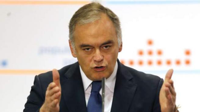 El vicesecretario de Estudios y Programas del PP, Esteban González Pons, se dirige a los diputados y senadores de la Comunidad Valenciana durante la reunión mantenida en la sede del PP.