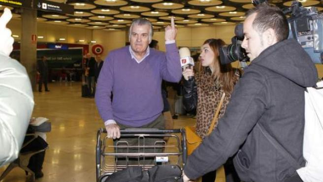 La 'peineta' de Bárcenas a su llegada al aeropuerto de Madrid Barajas.