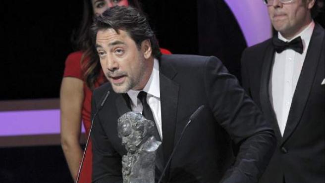 El actor Javier Bardem agradece el Goya a la mejor película documental que ha recibido por su trabajo de productor en 'Hijos de las nubes, la última colonia', durante la gala los Premios Goya 2013.