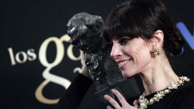 Maribel Verdú posa con el Goya a la Mejor Actriz por la película 'Blancanieves'.