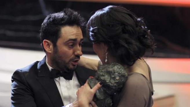El director Juan Antonio Bayona entrega su Goya a María Belón, la mujer que inspiró el papel de Naomi Watts en 'Lo Imposible'.