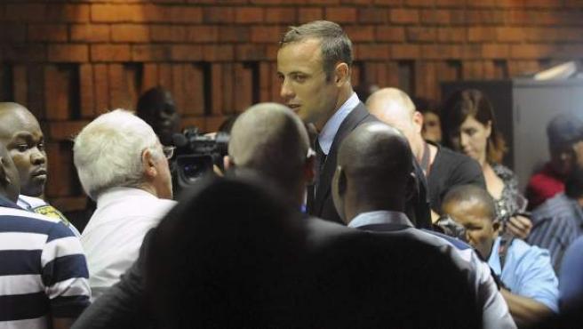El atleta paralímpico, Oscar Pistorius, ante el tribunal tras ser acusado de asesinar a su novia.
