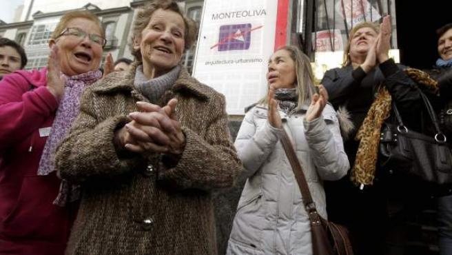 Aurelia Rey (en primer plano), la mujer de 85 años que iba a ser desahuciada por el impago de un mes de alquiler.