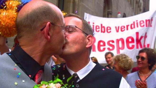 Una pareja de homosexuales alemanes se besa durante una protesta en pro de los derechos de ese colectivo.