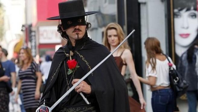 Jordi Lluch se las ha ingeniado para salir adelante. Durante meses se estuvo disfrazando de El Zorro en el Paseo de la Fama de Hollywood para ganar unas propinas.