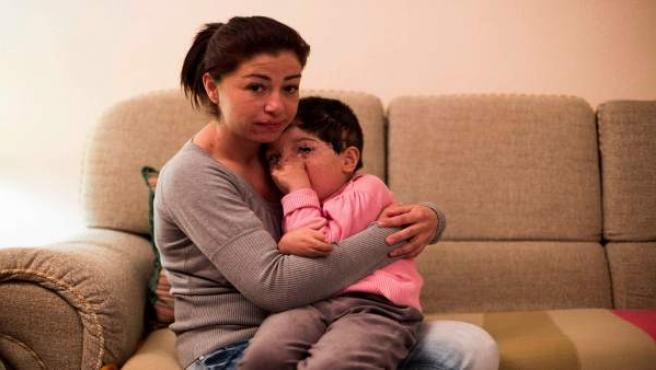 Carmina, que trata de recaudar 7.000 euros para pagar las tasas del Supremo, junto a su hija Sonia, que sufrió malformaciones no detectadas al nacer.