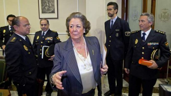 La alcaldesa de Valencia, Rita Barberá saluda a los miembros de la Junta Local de Seguridad, al comienzo de la reunión celebrada en el Ayuntamiento.