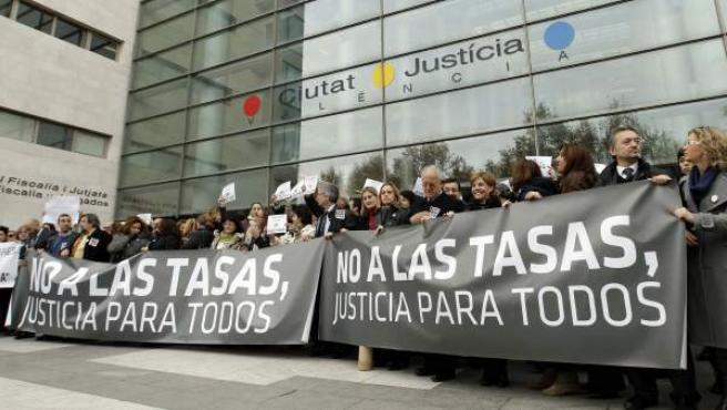 Varias decenas de jueces y fiscales ante las puertas de la Ciudad de la Justicia de Valencia para protestar contra la aplicación de las tasas judiciales en una imagen de archivo.