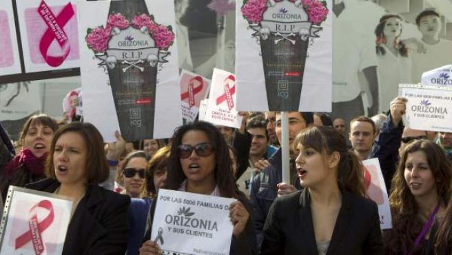 Los trabajadores del grupo turístico Orizonia se concentran ante la sede de la empresa en Palma de Mallorca.