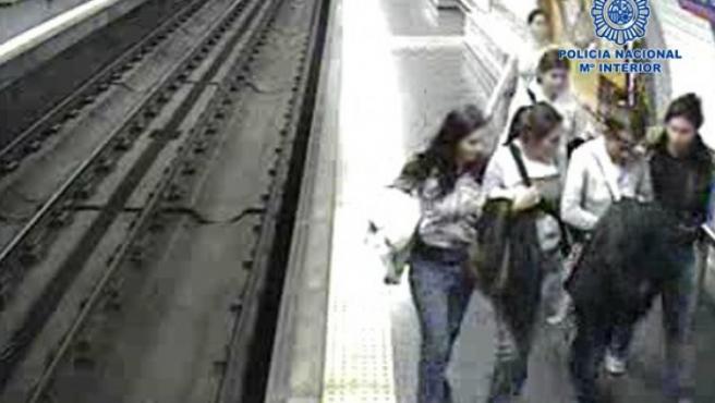 El 'clan de las bosnias' actuando en el metro de Madrid en una imagen captada por las cámaras de seguridad.