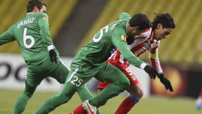 Radamel Falcao presionado por Orbaiz e Iván Marcano en el Rubin Kazan - Atlético.