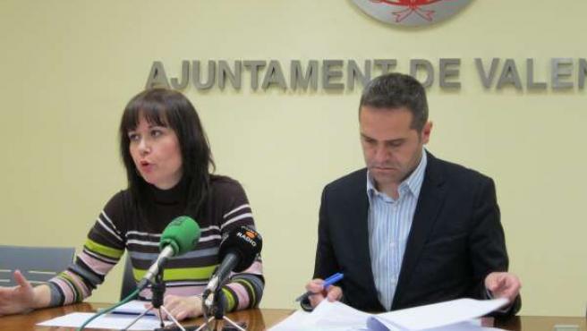 Los ediles de EU, Rosa Pérez y Amadeu Sanchis, en la rueda de prensa