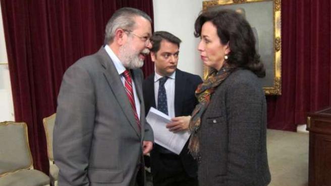 El portavoz del PSOE y la presidenta de la Diputación hablan ante el secretario