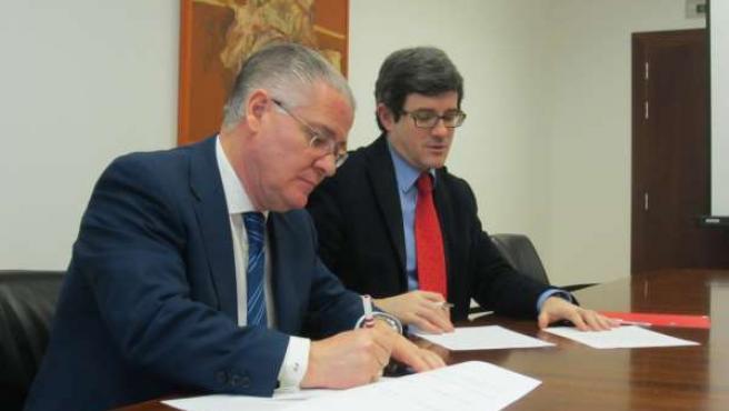 El consejero Iribas y Juan José Cuns en la firma del convenio.