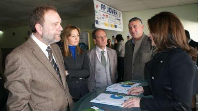 Sotoca visita la II Feria de Empleo, ubicada en el IES Miguel de Cervantes