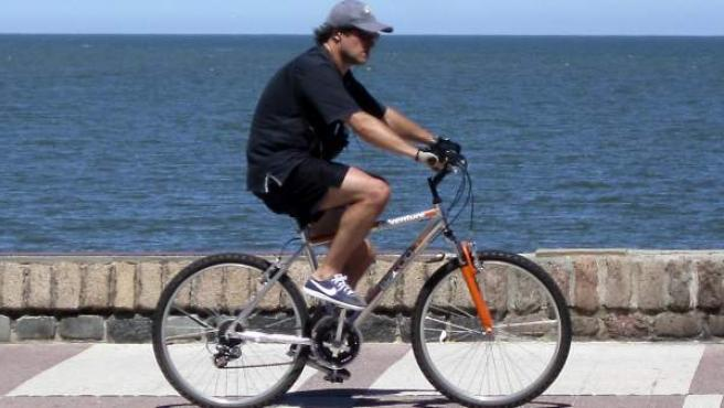 Un hombre monta en bicicleta.